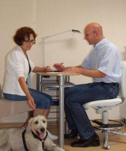 Ergotherapie Praxis Darmstadt Markus Michl waehrend einer Therapie mit Therapiehund Marie